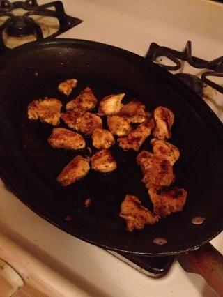 Cuando el pollo se parece a esto se lo quité la estufa y lo puso a un lado, preferabling algún lugar donde pueda mantenerse caliente