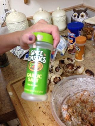 Añadir sal de ajo en pedazos y la mezcla de queso crema.
