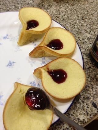 Usted puede poner mermelada de cerezas, Nutella o frutas.