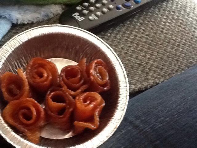 Úsalos para hacer rosas de tocino! Espera a poco se enfría y luego enrollarlos antes del endurecimiento del azúcar.