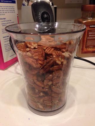 Añadir las nueces (3-4 tazas de nueces por huevo). Aquí tenemos pacanas - lo que para mi gusto hace a lo largo de la mitad de los frutos secos.