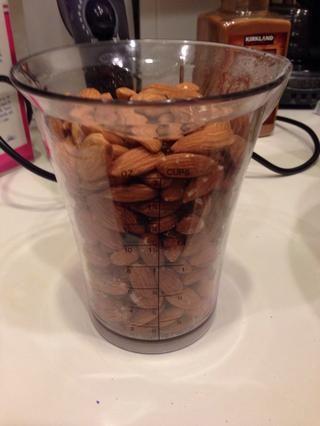 Añadir las nueces (3-4 tazas de nueces por huevo). Aquí tenemos las almendras.