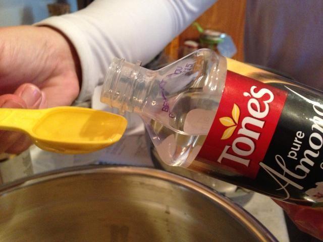 Añadir el aroma (vainilla y el extracto de almendra