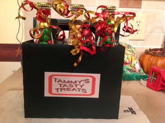 La pintura de aerosol una caja de seis paquetes, poner etiquetas a todo, decorar con cinta rizada. Six Pack incluye 3 botellas de vodka caramelo y un surtido de 3 aperitivos. GRAN REGALO !!!!!!!