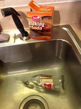 Remoje las botellas en agua caliente con 1/8 taza de bicarbonato de sodio hasta que las etiquetas se aflojan. A unos 20 minutos.