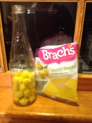 Llene la botella con una taza de su dulce favorito. Esta receta hará gota de limón Vodka.