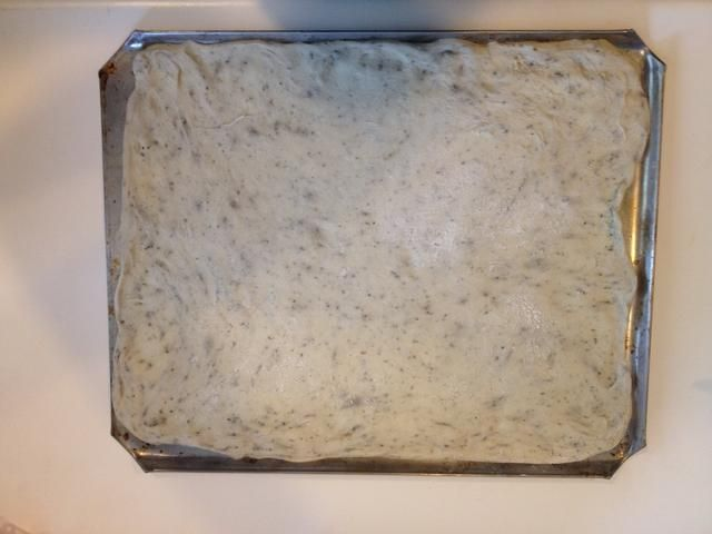 Estirar la masa sobre una bandeja enharinada y dejar de lado. Me gusta fina corteza y didn't have a pizza pan so I made a large rectangular crust on a cookie sheet.