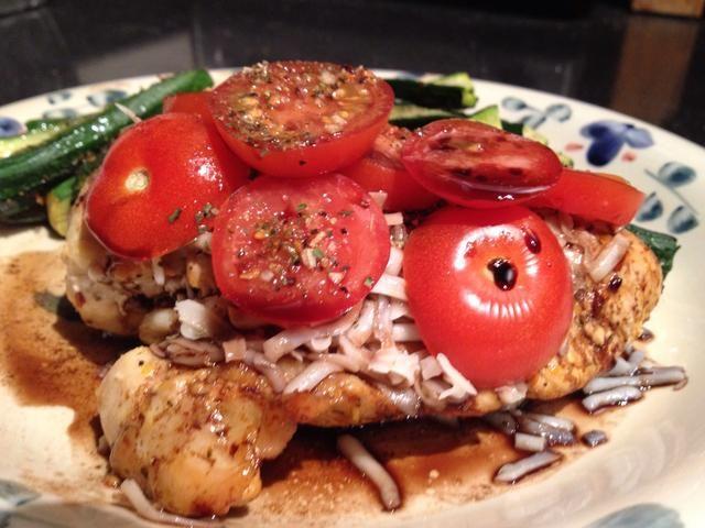 Añadir el queso, albahaca y tomate al pollo caliente. Rociar con la salsa de reducción de balsámico. ¡COMER!