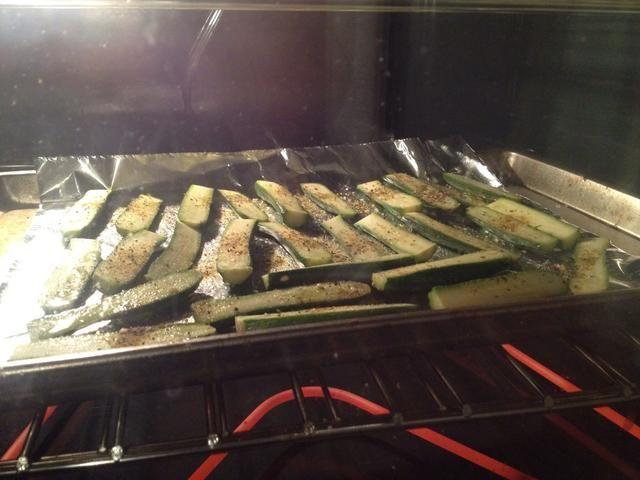 Añadir sal y pimienta y aceite de oliva para el calabacín y el pop en el horno. Ajuste del temporizador durante 10-15 minutos dependiendo de cómo usted crujiente / correosos como el calabacín.