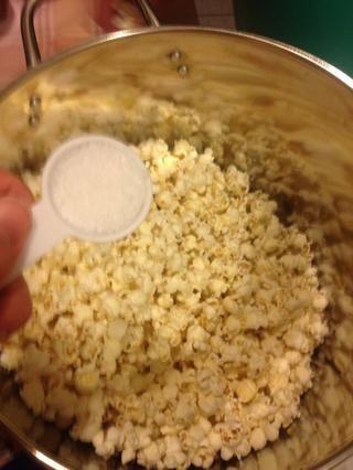 Haga esto mientras las palomitas de maíz es fresco, esto es opcional y se puede omitir si su vigilando su ingesta de sal. Se le añade que la sal de dulzura.
