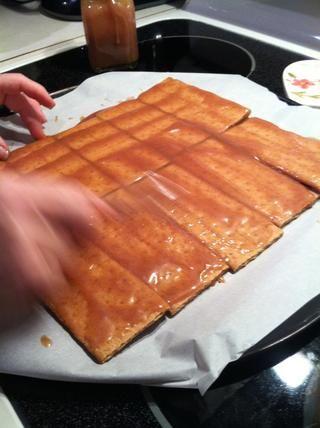 Extender una buena capa sobre todas las galletas graham.