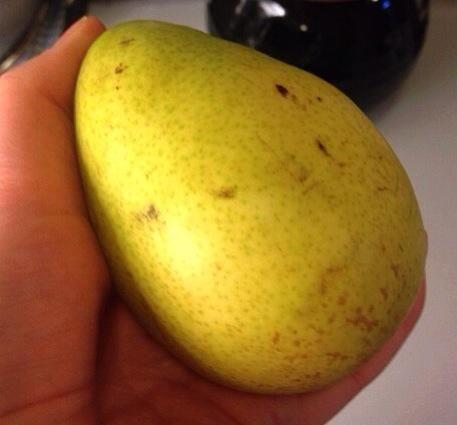 Pelar y cortar en dados las peras.