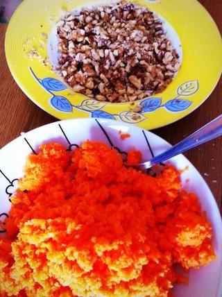 Rallar las zanahorias y cortar los frutos secos