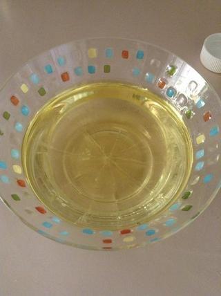 Ponga 1 1/2 de aceite de canola en un tazón