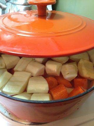 Picar los nabos y las zanahorias en trozos y poner en una olla con agua que cubre las verduras lo mejor que pueda (que'll float). Boil on HIGH until they are soft(i.e. you can put a fork through them).