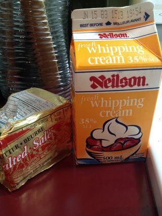 Añadir la mantequilla y la crema .... usted puede agregar o reducir la cantidad de crema sea necesario dependiendo de cómo usted quiere que su cremosa puré.