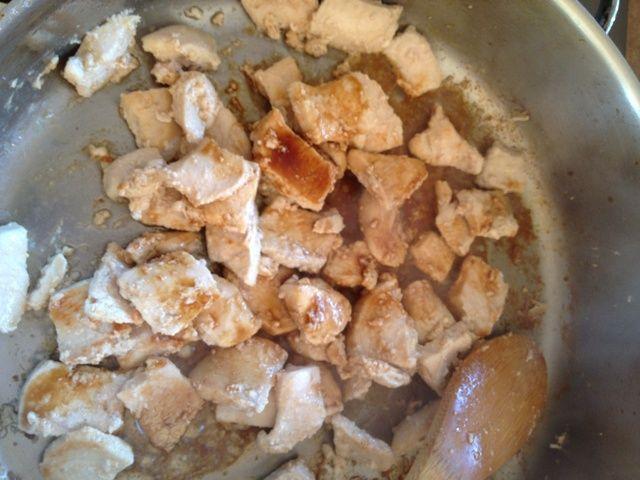 Mezcle el pollo con salsa de soja cuando se cocina (omita este paso para pizza menos salada)