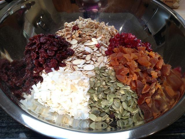 En un tazón grande, coloque los avena, almendras, albaricoques, nueces, cerezas secas, coco rallado, arándanos secos y semillas de calabaza.
