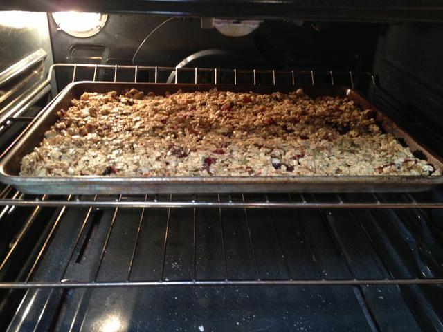 Hornear durante 35 a 40 minutos. Asegúrese de remover cada 10 minutos más o menos. La granola se hace cuando se dore ligeramente.