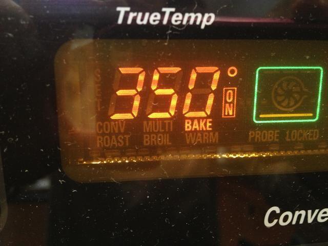 Precaliente el horno a 350 grados. Cubra una bandeja para hornear grande con papel de pergamino.