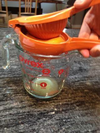 Jugo de una naranja hasta que tenga 1/3 taza.