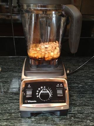 Coloque la miel, el jugo de naranja y la ralladura, el azúcar morena, la vainilla y castañas de cajú tostadas secas en un Vitamix (también puede utilizar un procesador de alimentos).