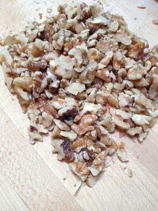 Picar las nueces. Si desea que la granola para tener un sabor más intenso de anacardo, sub las nueces con todo o castañas de cajú picadas.