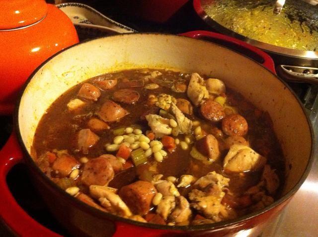 Escurrir los garbanzos y añadir a la olla con las verduras. También agregue la carne de nuevo. Añadir 3 1/2 tazas de agua y llevar a ebullición. Cubra la tapa y coloque en el horno precalentado. Hornear durante 2 horas.