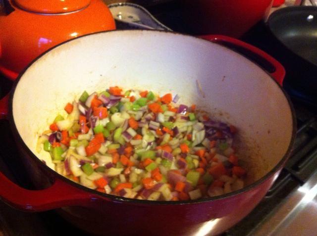 Cortar las verduras en dados pequeños. Añadir el resto del aceite de olla y cocine hasta que empiecen a ablandarse, unos 10 minutos.