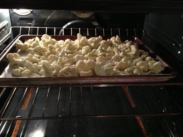 Colóquelos en una bandeja para hornear forrada con papel pergamino y coloque en el horno. Asado a 425 durante 25-35 minutos.