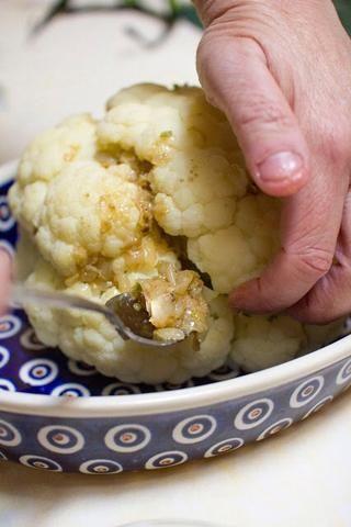 Para rellenar el coliflor, empuje la mitad de la mezcla de pasta de especias en uno de los floretes.