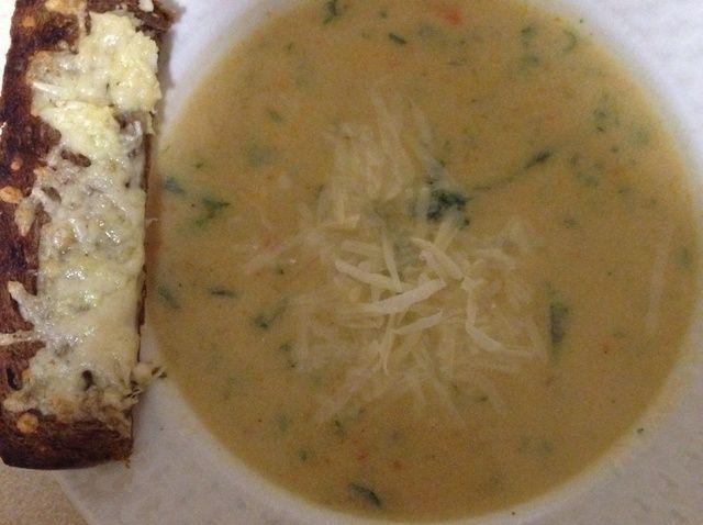Cómo hacer sopa de coliflor con pan de ajo Receta