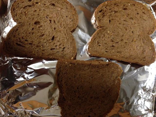 Mientras la sopa nos cocinar, la línea de una bandeja con papel de aluminio y colocar las rodajas de pan para el pan de ajo. yo'm using pine nut bread.