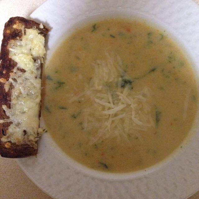 Crema de la sopa con una batidora de mano, a continuación, añadir el perejil y apio hojas. Disfrútala con el pan de ajo.