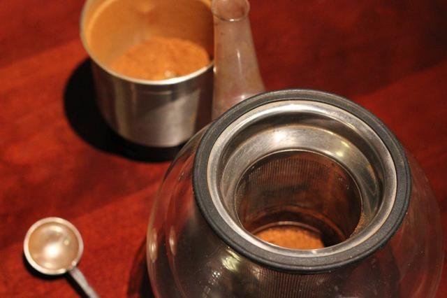 Añadir una (o dos si te gusta más fuertes) cucharaditas de polvo de chaga en un infusor de té y colocar el grupo de infusión en su taza favorita o añadir a la olla de té con un infusor incorporada si tiene uno (como se muestra)