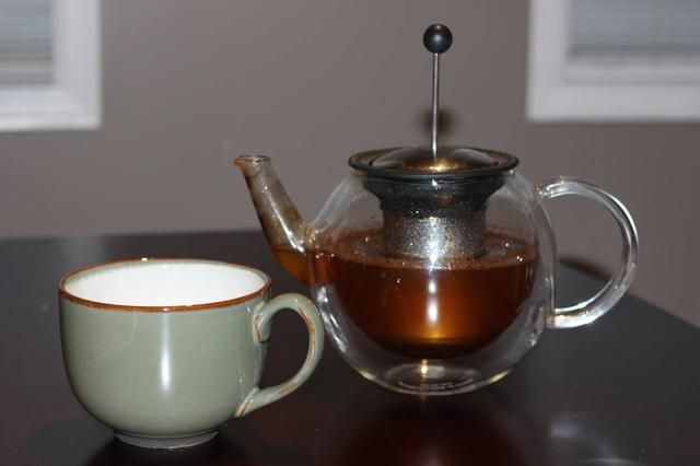 Vierta aproximadamente 250 ml de agua caliente directamente en la taza que contiene el grupo de infusión de té o en su taza de té si tiene un infusor de té integrado como se muestra