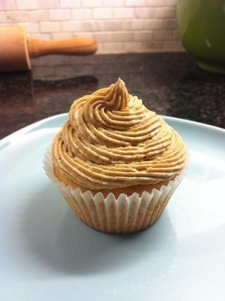 O disfrutar con su tipo preferido de helar! He utilizado un color marrón crema de mantequilla de azúcar glaseado suave y esponjosa para mis bizcochos :)