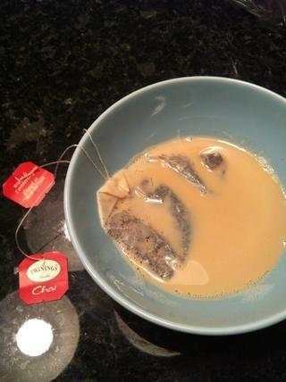 Calentar la leche y dejar reposar las bolsas de té en ella durante al menos 15 minutos! (Se puede usar más bolsas de té, si usted quiere tener un sabor más fuerte)