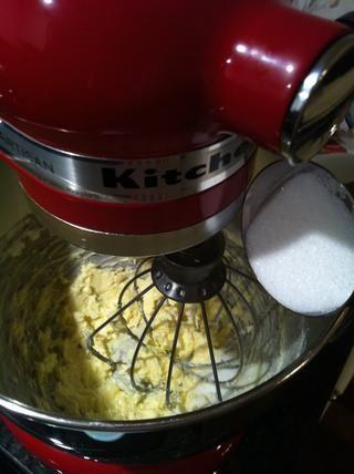 En un bol grande batir la mantequilla durante 30 segundos y luego agregue lentamente la taza de azúcar 1/4 a la vez!