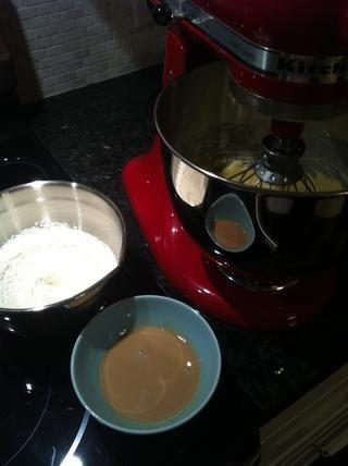 A continuación, agregue alternativamente en la mezcla de harina y leche té infundido ...