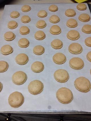 Una vez que los macarons salen del horno, dejar que ellos se sientan en la bandeja del horno durante 5 minutos. Luego sacarlos y colocarlos en una rejilla para enfriar hasta que esté completamente enfriada