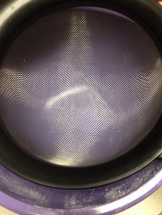 Utilice un tamiz para asegurarse de que no hay grandes trozos de almendras o té van al macarrón