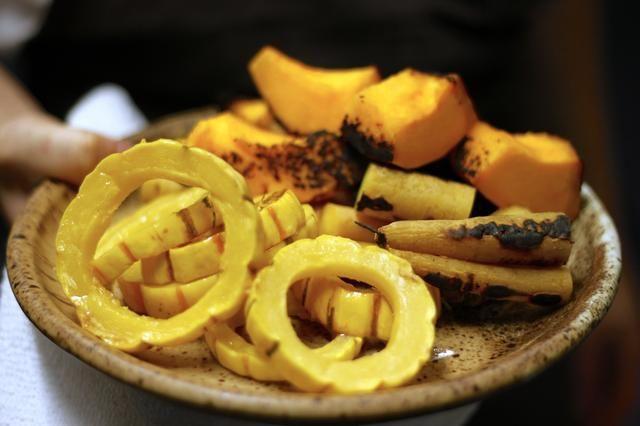 Cortar la calabaza delicata en rebanadas 1/2 pulgadas. Quite las semillas y cubrir con un poco de aceite de oliva y sal. Asar el delicata y carbonizado calabaza al curry rojo en un grado 500 horno hasta que esté suave.