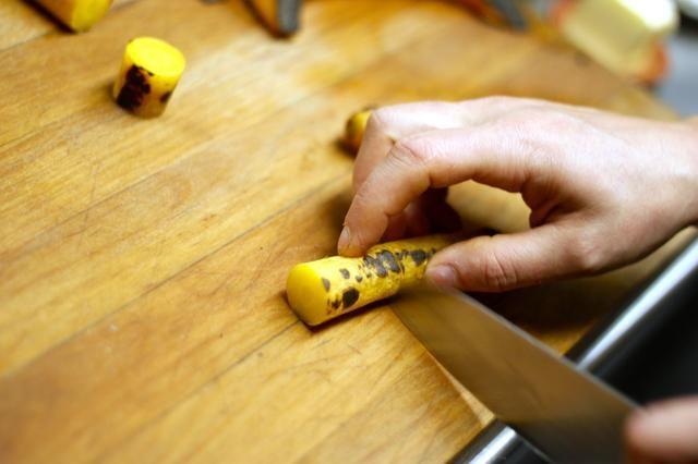 Cortar las zanahorias y la calabaza en trozos pequeños.
