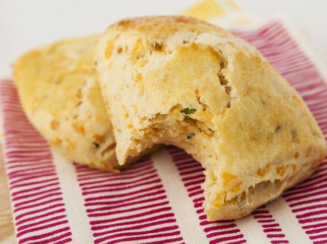 Cómo hacer queso cheddar y la cebolleta Scones Receta