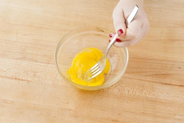 Batir el huevo restante en un plato pequeño.
