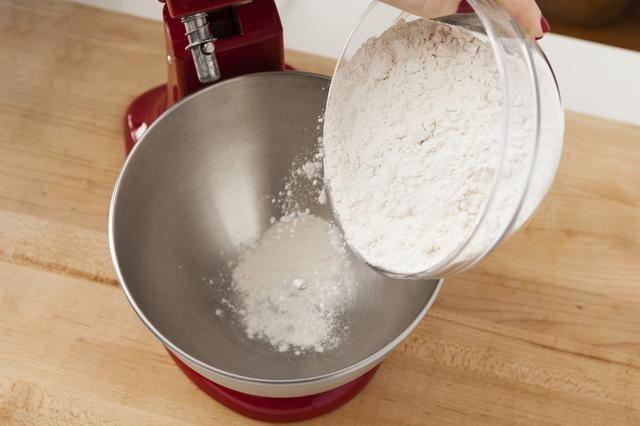 En un tazón eléctrica grande, mezcle la harina.