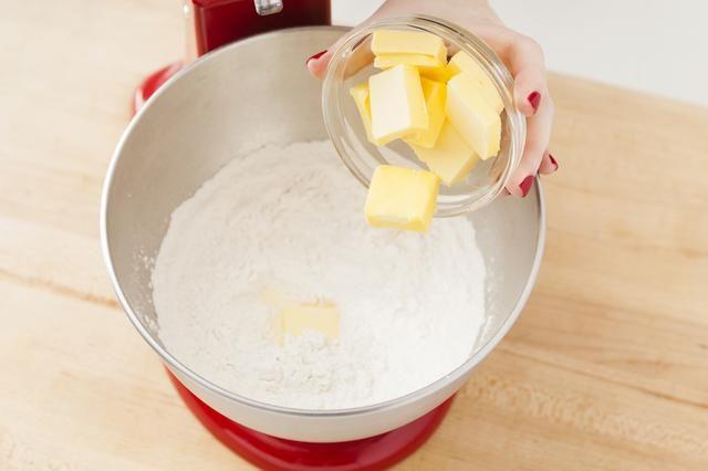 Cortar la mantequilla y agregue a su mezclador.