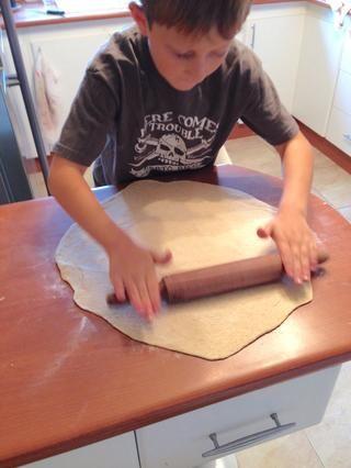 Extienda la masa de unos 3 cm (1 pulgada) más grande que el tamaño de la piedra de la pizza.
