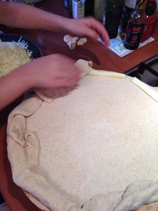 Cubra los palitos de queso con el dinero extra, formando el borde de peluche